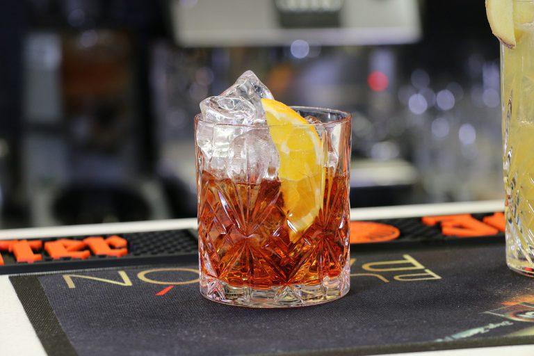 Przepisy na klasyczne drinki – gdzie ich szukać i jak wybierać najlepsze?